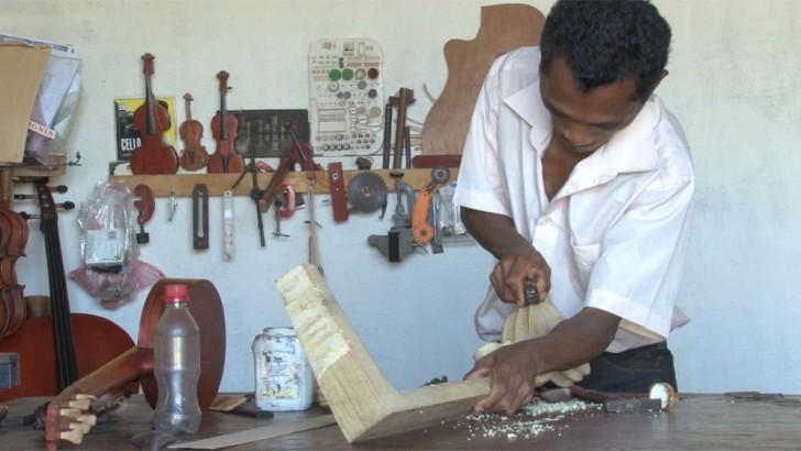 Gervais, luthier à Antananarivo